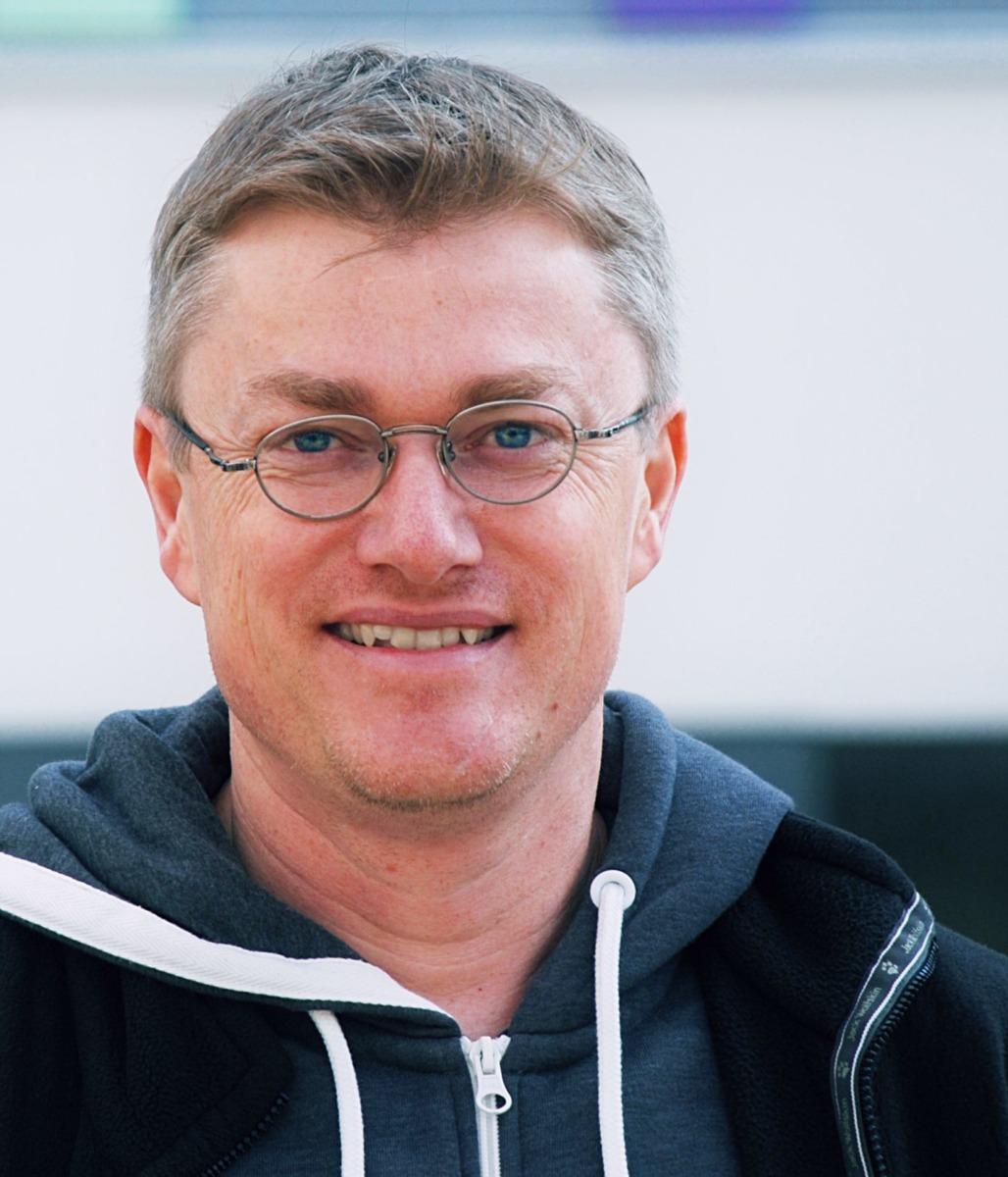Franko Hoffmann-Samaga ist seit 2015 bei der Alpha-Lernhilfe, unterrichtet u.a. Mathe und Deutsch, leitet den Standort in der Johannstadt und ist für das Marketing zuständig.