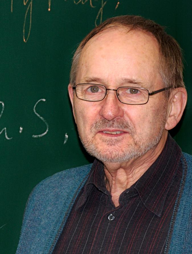 Helle Köpfe gesucht. Solche wie Herr Neumann, Dipl.-Ing., Rentner und seit 2005 Lehrer bei der Alpha Lernhilfe