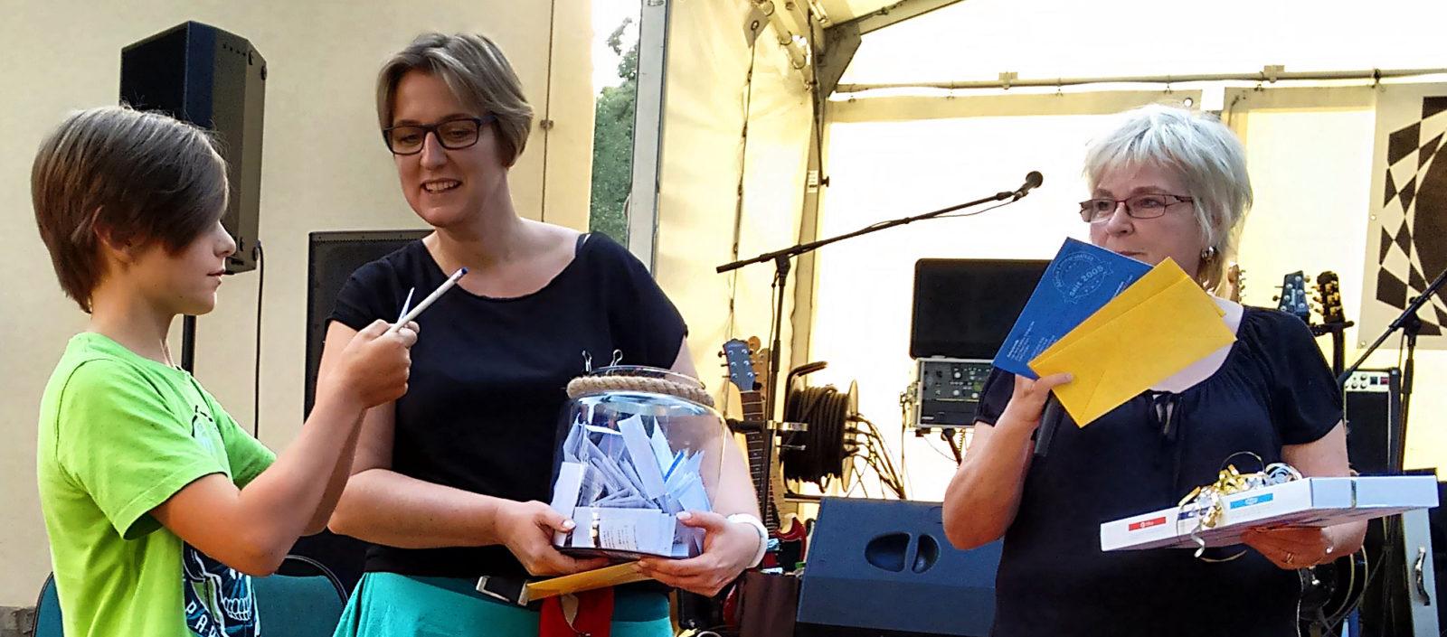 Gewinner gesucht - die offizielle Preisverlosung des jährlichen Alpha-Gewinnspiels. Neben Büchergutscheinen und anderen Preisen winkt dem Hauptgewinner ein nagelneuer Tablet-PC.