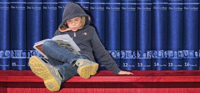 Lernende Kinder vor Lexikon: Das Lerntraining der Alpha Lernhilfe steigert die Lernmotivation, stärkt das Selbstvertrauen und schafft Erfolge durch eine verbesserte Lernstruktur.