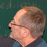 Lehrer für die Oberstufe an einer Tafel bei der Alpha Lernhilfe