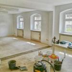 Im Moment sind die Handwerker noch in den Räumen der Alpha Lernhilfe in Blasewitz. Sie messen, verputzen, malern, ziehen Kabel, verlegen Fußboden und installieren Trockenbau-Wände.