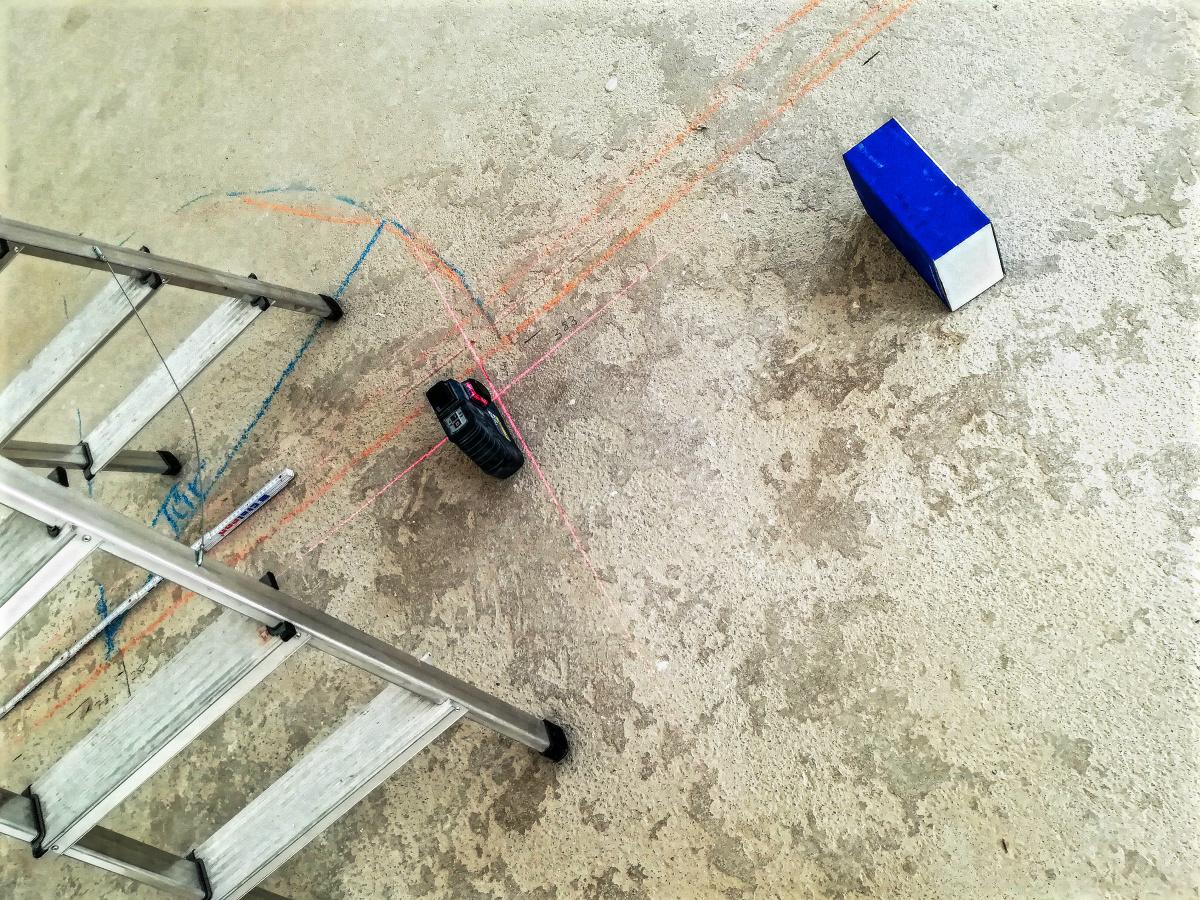 Im Moment sind die Handwerker noch in den Räumen. Sie messen, verputzen, malern, ziehen Kabel, verlegen Fußboden und installieren Trockenbau-Wände.