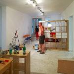 Die ersten Tische und Regale erreichen die Baustelle in Blasewitz