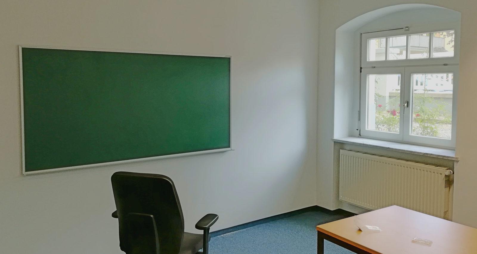... mit den Tafeln an der Wand sieht es doch allmählich wie ein Lernraum aus