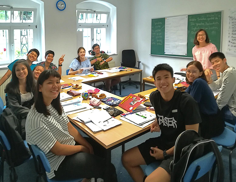 Die ersten Schüler am neuen Standort - weitgereiste Austauschschüler aus Südostasien