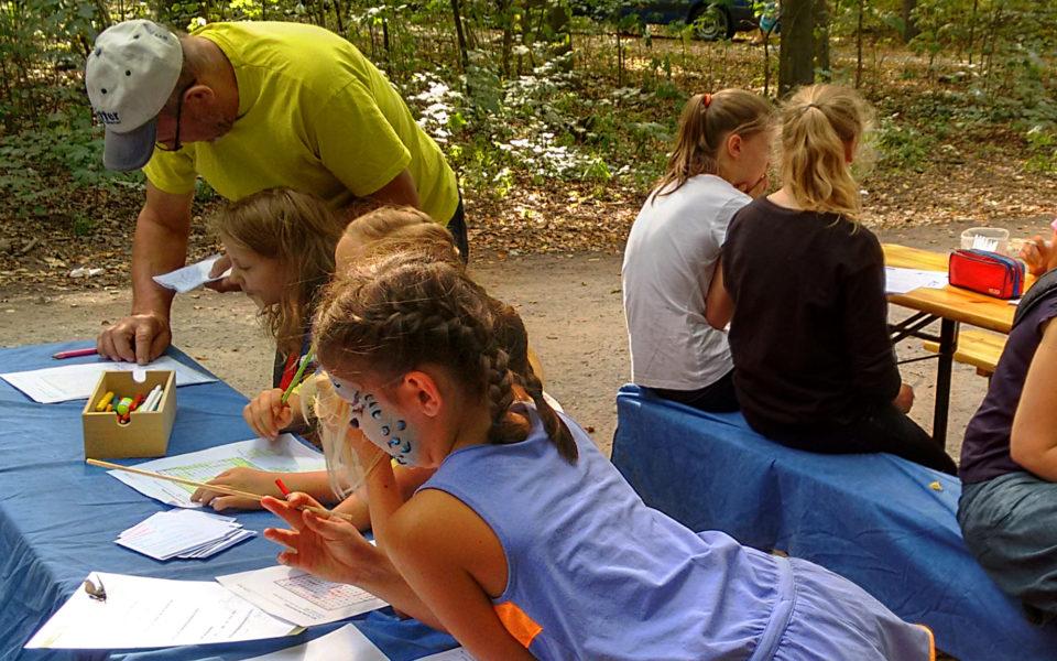 Klotzscher Forstfest - Kinder beim Lösen unser anspruchsvollen Rätsel
